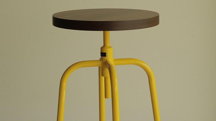 Móveis de metal: banqueta amarela